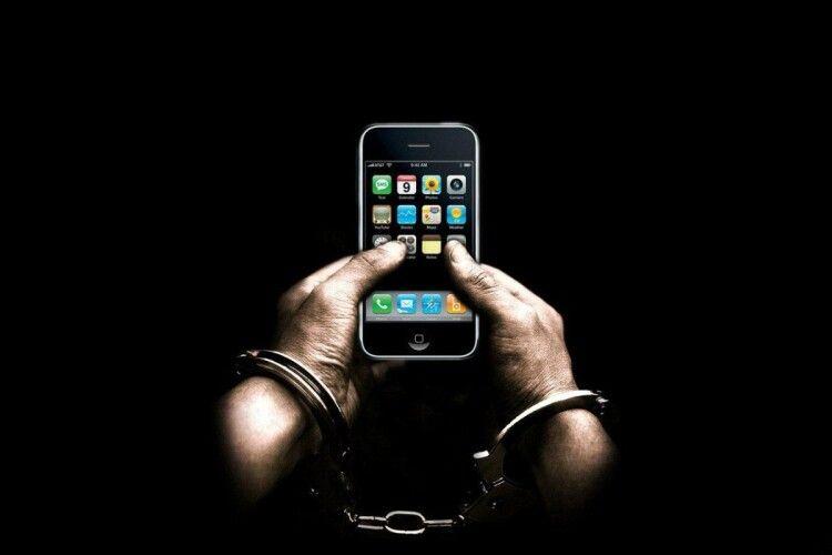 «Чоловіче, дай подзвонити...»: у Сарнах незнайомець попросив у перехожого телефон... і дременув