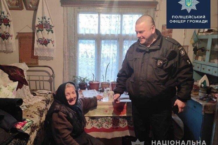 У Володимир-Волинському районі поліцейський нарубав дров бабусі і роздобув телевізор (Фото)