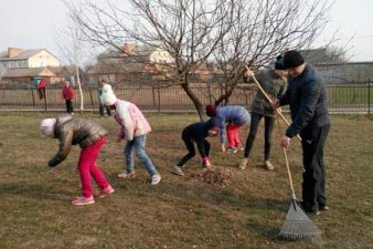 В учнів Затурцівської школи-інтернату мітлою і лопатою виховували почуття особистої відповідальності (Фото)
