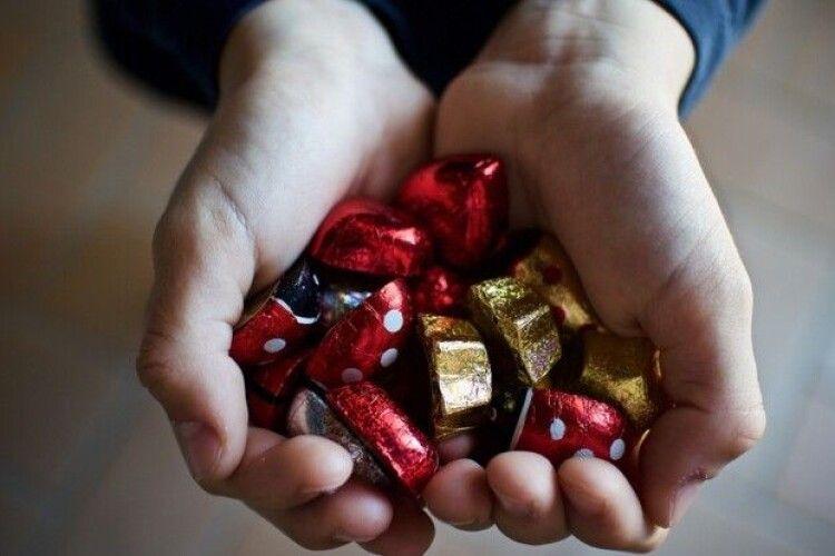 Українців попередили про цукерки з неприємним «сюрпризом»