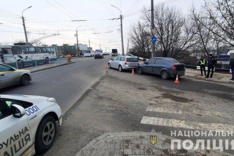 У Луцьку біля моста Dacia наздогнала Volvo (Фото)