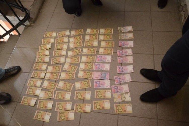 Капітан поліції взявся за дев'ять тисяч гривень оформити дозвіл на травматичну зброю (фото)