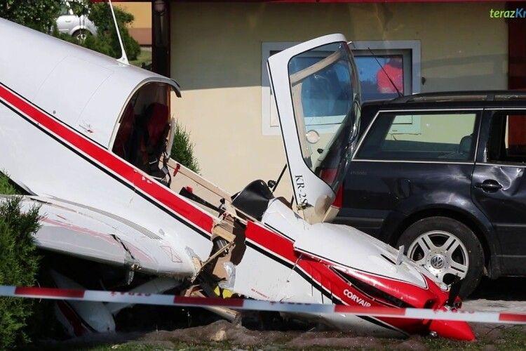 Спортивний літак гепнувся на житловий будинок: 69-річний пілот устиг катапультуватися (Відео)
