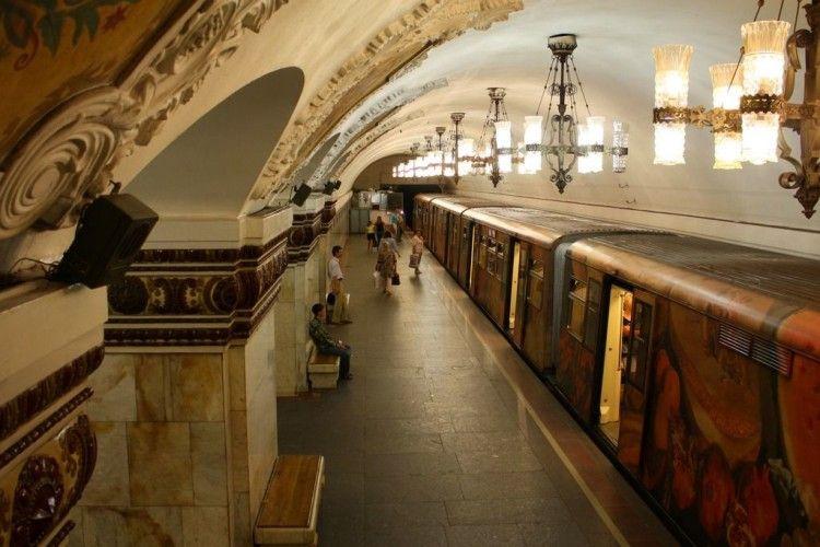Московське метро вбиває: поїзд вдарив дівчину по голові