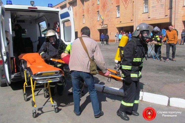 На Рівненщині пожежа в гуртожитку – двох студентів рятували з димової пастки (фото)