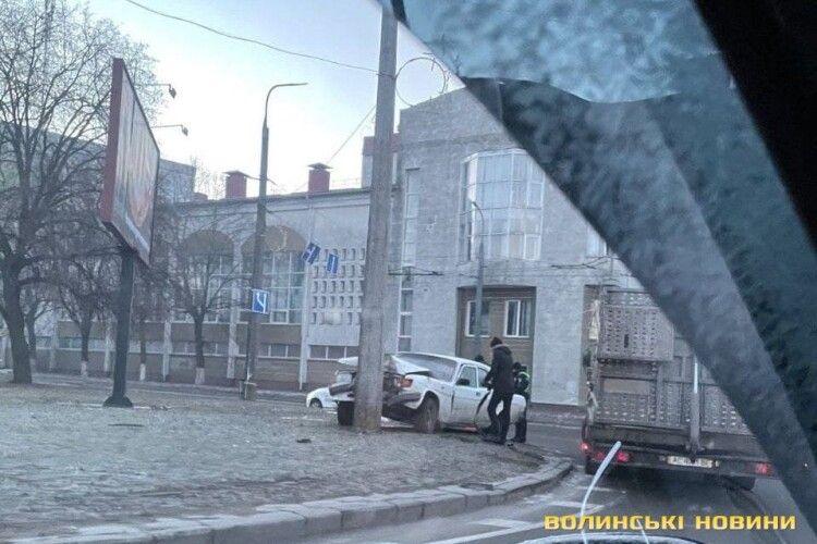 У Луцьку «Волга» в'їхала в стовп