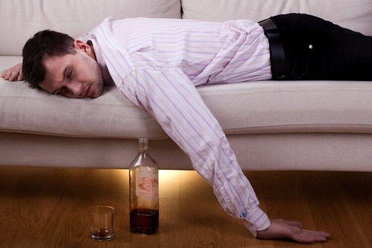 На Волині п'яний чоловік переплутав квартиру й заснув у чужому домі