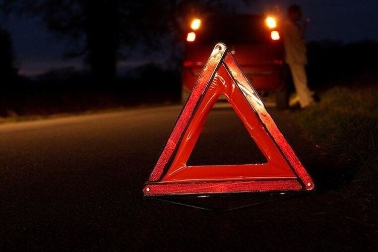 Виїхав на зустріч: у Рожищі вночі авто збило дівчину, яка з подругами верталася додому, водій втік