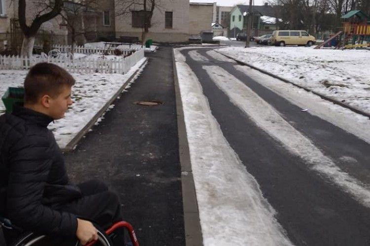 У Володимирі-Волинському юнак на візку щодня долає бордюри і сходи у під'їзді (Відео)