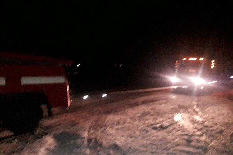 Волинські рятувальники відбуксирували 5 автомобілів, що потрапили у кювети через негоду