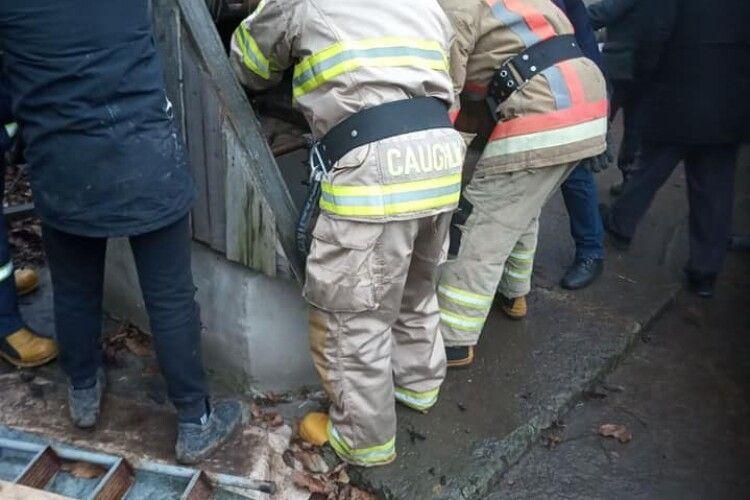 Впала у колодязь, а сусід поліз визволяти: на Рівненщині рятувальники витягли з криниці двох людей (Фото)