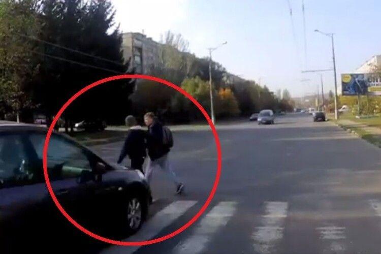 П'яний водій просто змів з пішоходного переходу двох хлопців (Відео 18+)