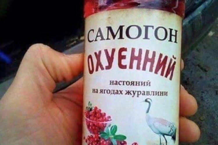 Вартість пляшки домашнього самогону на olx.ua стартує від 35 гривень