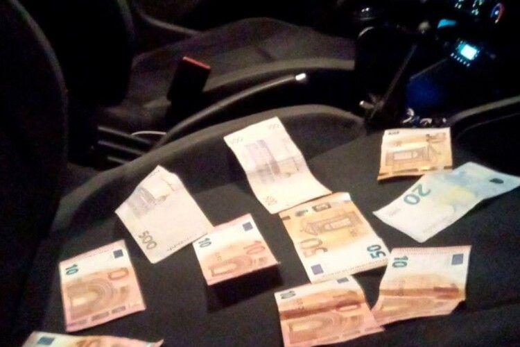 У Луцьку вночі зловили водіїв–п'яничок: один хотів вирішити питання гривнями і євро (Фото)