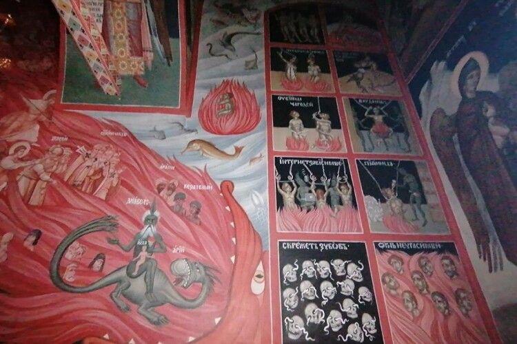 У Росії храм прикрасили фресками з чортами, смартфонами та технікою Apple (Фото)