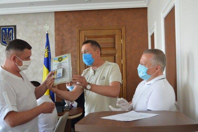 Ковельському підприємцю Семенюку вручили медаль від військових за волонтерство на користь атовців