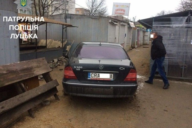 Mercedes в'їхав у павільйон на луцькому ринку