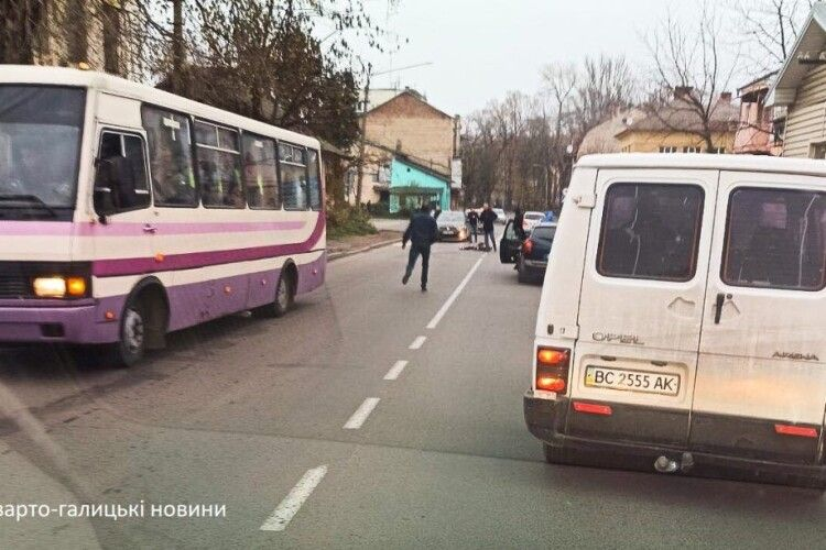 Маршрутка на смерть збила дев'ятикласницю на пішохідному переході (Фото)