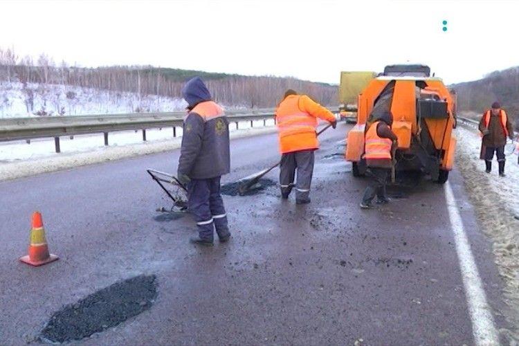 У Рівному журналісти інспектували дорогу: чи тримаються латки, покладені у січні (ВІДЕО)