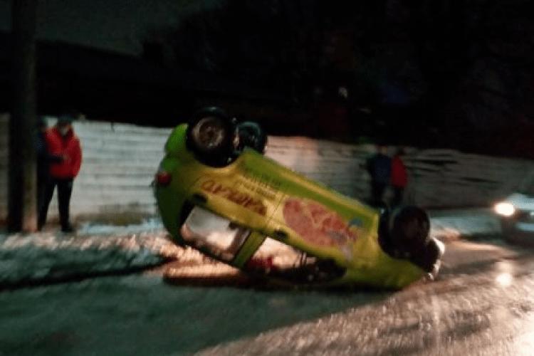 Через ожеледицю на дорозі на Волині перекинулася автівка доставки піци