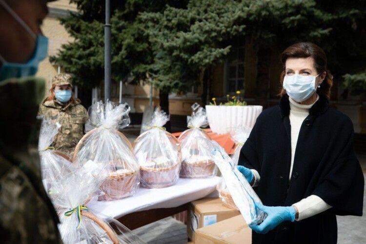 Марина Порошенко передала у військовий госпіталь захисні костюми для лікарів та великодні паски