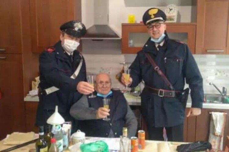 Cамотній пенсіонер викликав поліцейських, щоб відсвяткувати з ними Різдво