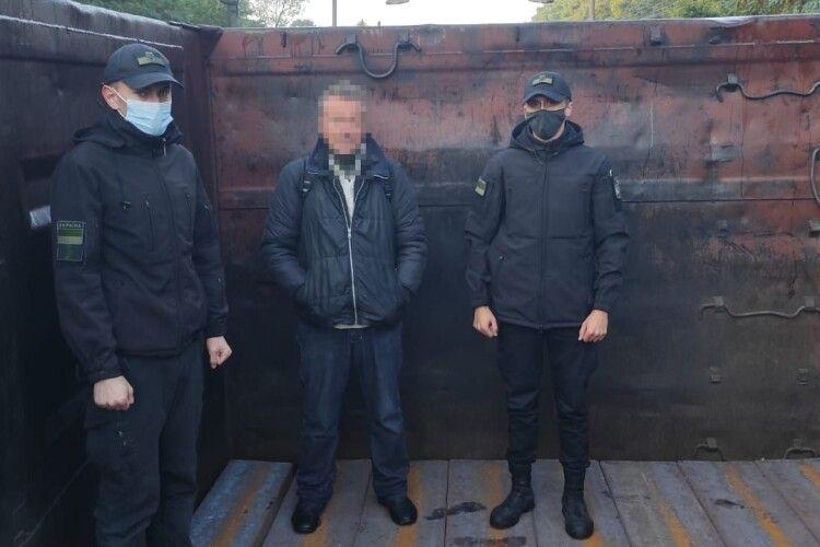 На Волині прикордонники виявили у вантажному вагоні жителя Рівненщини, який таємно хотів перебратися до Польщі (Фото)