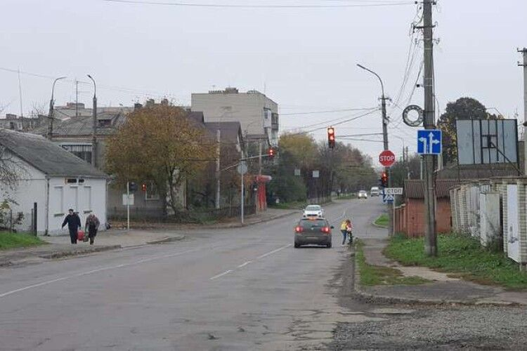 У Луцьку на проблемному перехресті встановили новий дорожній знак (Фото)