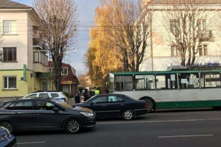У Луцьку – ДТП: тролейбус влетів в «Мерседес» (Фото)