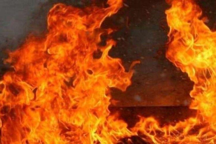 У неділю ввечері біля Олики згорів дах господарської будівлі