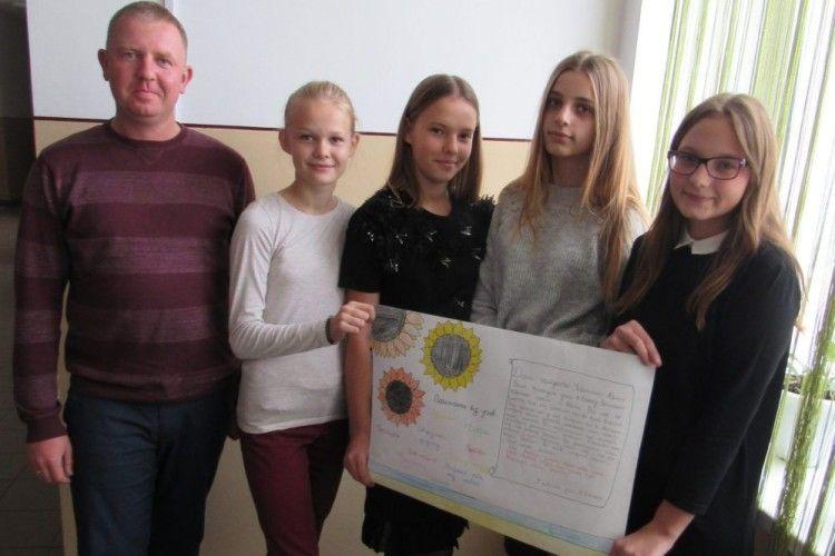 З Волині на Схід для українських захисників полетіли дитячі вітальні листівки