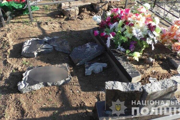 22-річний рецидивіст розтрощив на кладовищі понад 100 могил
