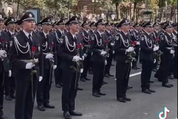 Військові на Хрещатику зворушливо вшанували сестриць-захисниць – квітами і піснею (Відео)
