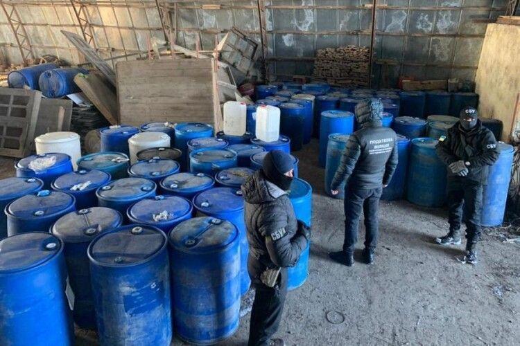 На Рівненщині волинські податківці знайшли 10 тонн нелегального спирту