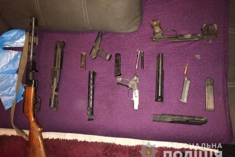 Гвинтівка, пістолет-кулемет, набої: у жителя Луцька вилучили зброю та боєприпаси