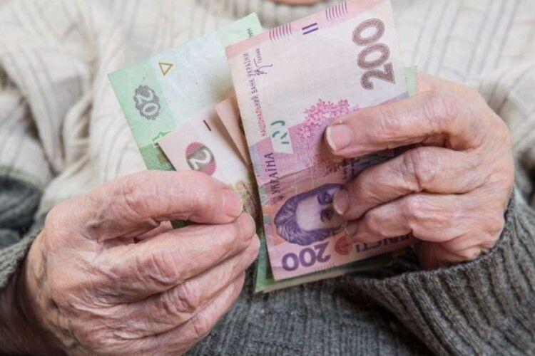 Переведення на картки відкладається: Укрпошта продовжить доставляти пенсії додому