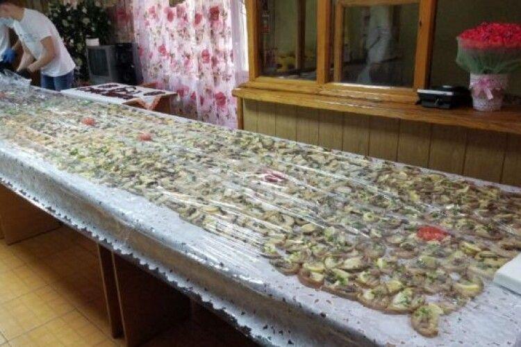 У рівненському гуртожитку хлопці приготували для дівчат бутерброд-велетень