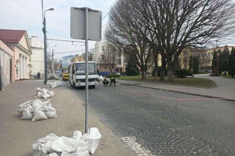 Через ремонтні роботи в центрі Луцька - ускладнений рух (Фото)