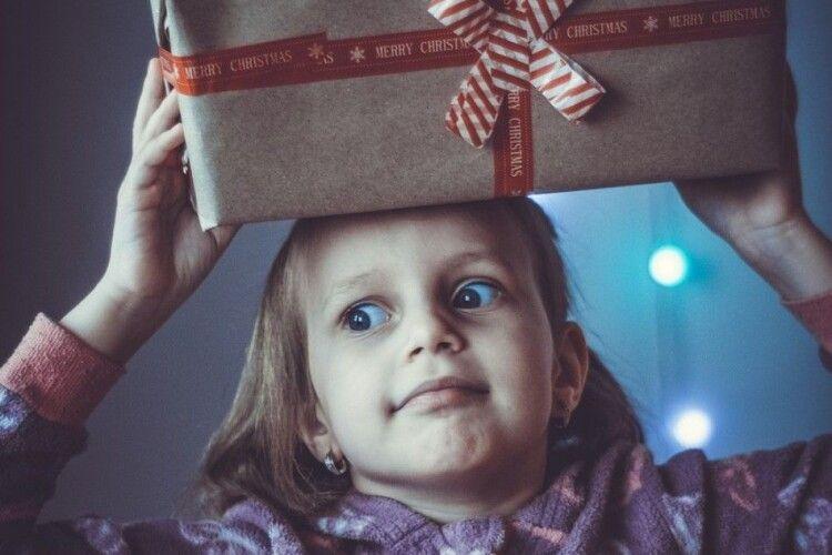 Волинянка відправила із заробітків подарунки дітям на Миколая. Дійшло не все