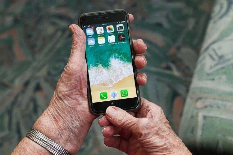 Шахраї пробують виманити гроші у пенсіонерів з допомогою смс про додаткову тисячу