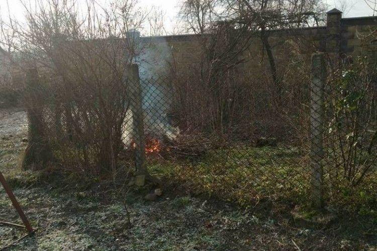 «Муніципали» оштрафували жительку вулиці Героїв УПА – палила сухе гілляччя на власному городі