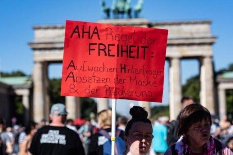 Лідер антикарантинних протестів Німеччини потрапив у реанімацію з коронавірусом