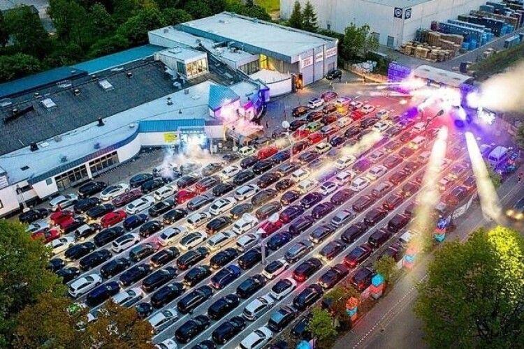 Німецький нічний клуб влаштував велику вечірку в автомобілях