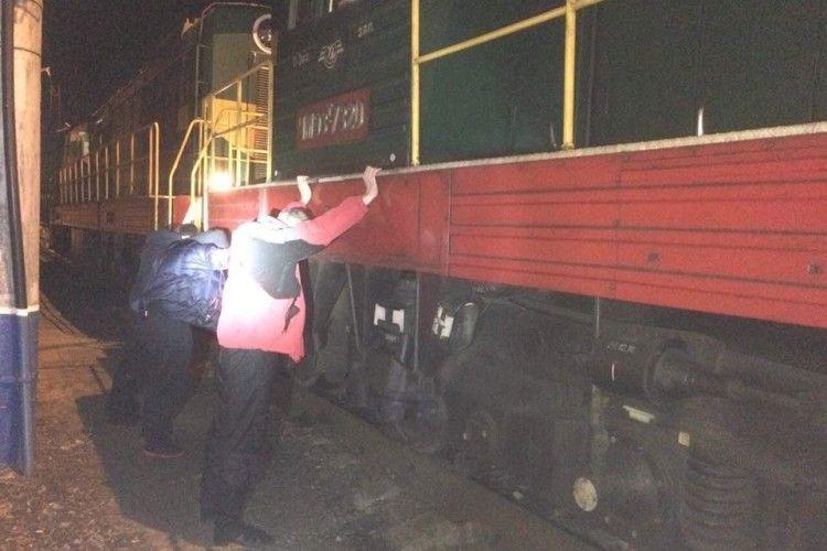 «Взяли» зловмисників, які тоннами зливали пальне з локомотивів (фото)