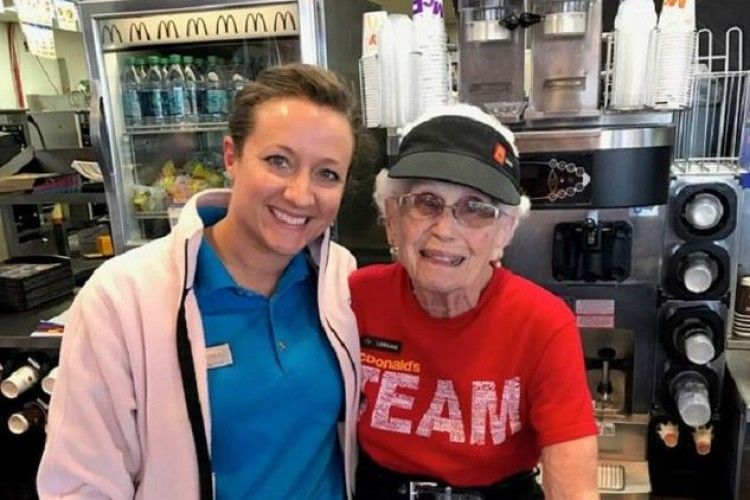 94-річна працівниця «McDonald`s» відсвяткувала 44 роки на посаді (фото)!