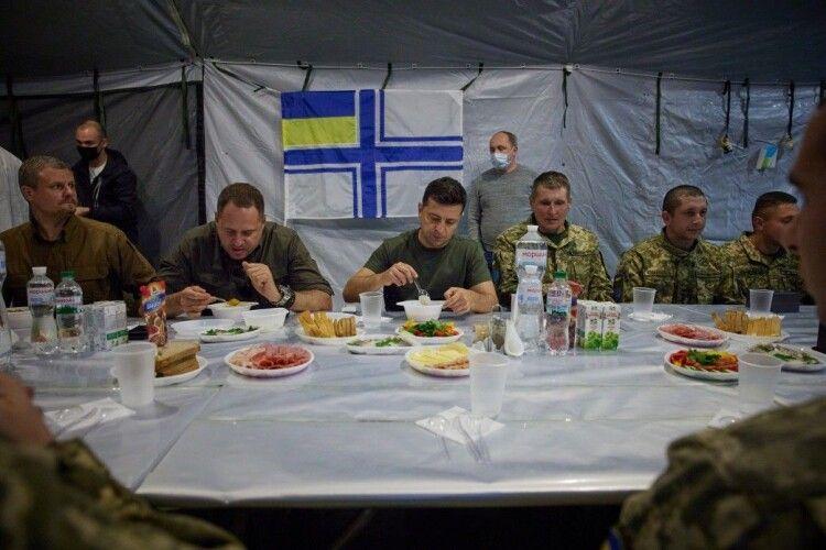 У соцмережі відповіли Лещенку: фото, де Зеленський їв, а солдати чекали, не фейк