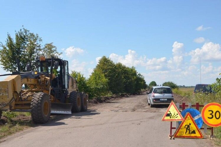 Взялися за ремонт дороги в облюбованих туристами Хрінниках