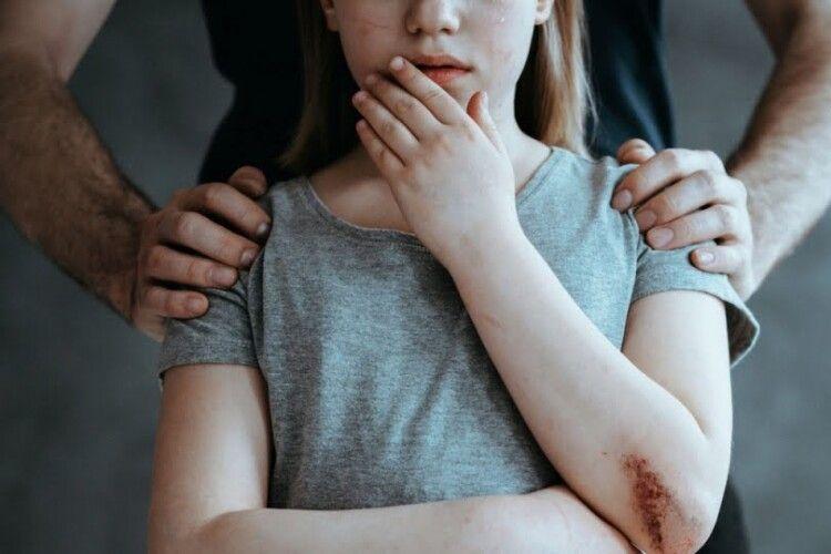 Оголосили вирок мешканцю Рівненщини, який зґвалтував 12-літню дівчинку і вона завагітніла