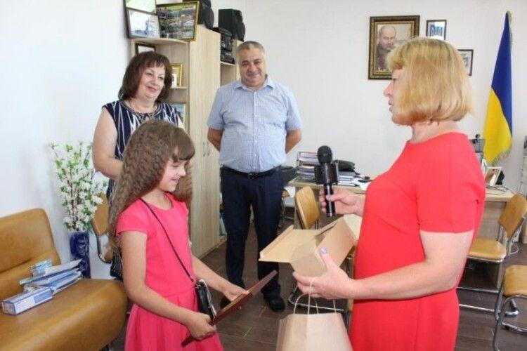 Переможниці конкурсу «Караоке на дивані» вручили подарунок