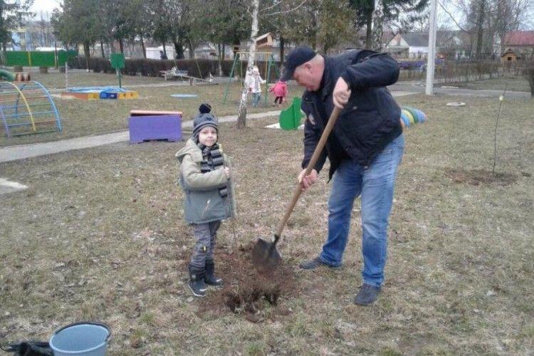 Садочок у садочку: у Княгининку діти з вихователями посадили фруктові дерева